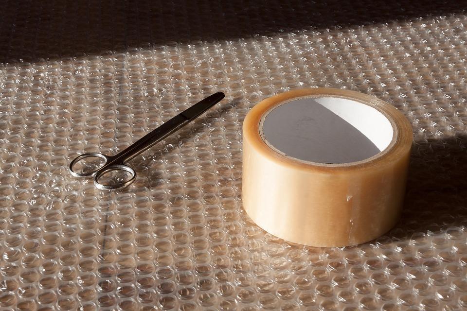 fólie, lepicí páska a nůžky