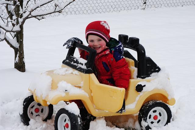 chlapec, sníh, autíčko