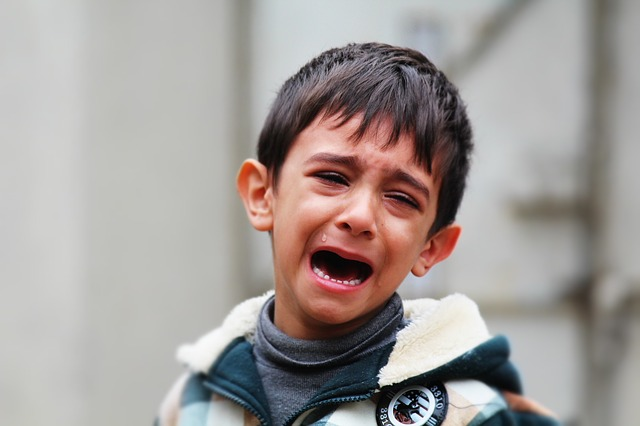 uplakaný kluk