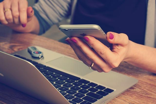 mobil u ženy v ruce