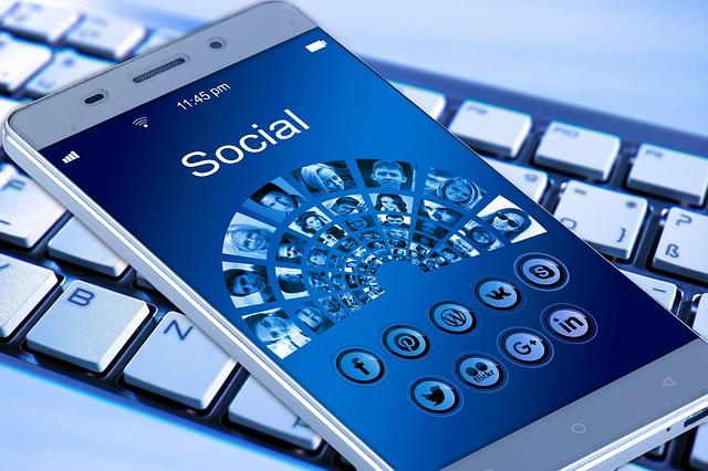 mobilní telefon na klávesnici