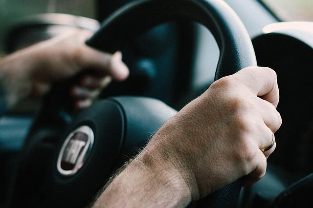 ruce na volantu