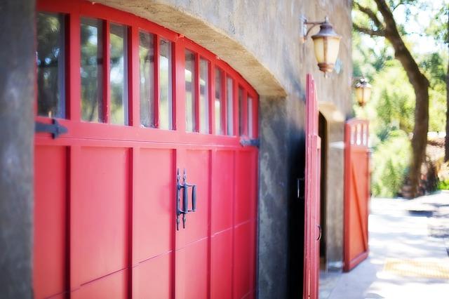 červená garážová vrata.jpg