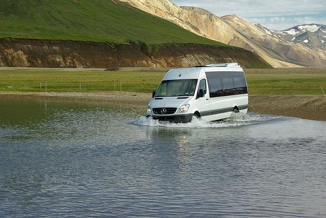 minibus ve vodě