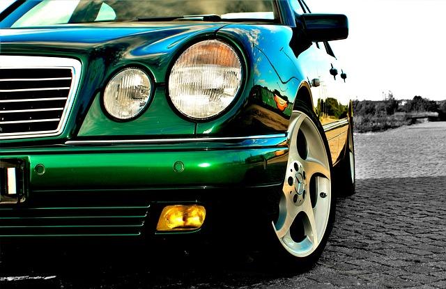 přední světlomet Mercedesu.jpg
