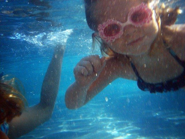 Zábavné hry v bazénu