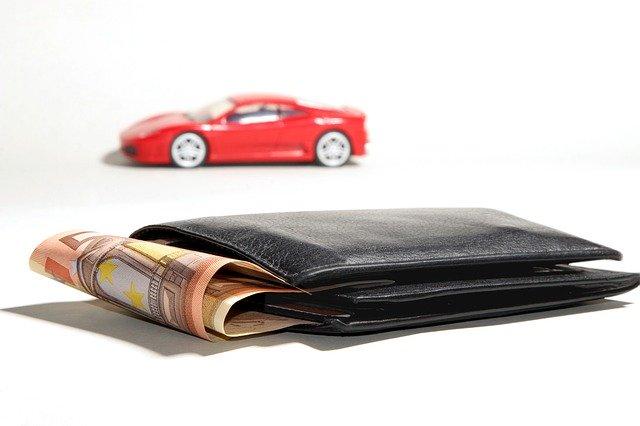 hotovost červené auto