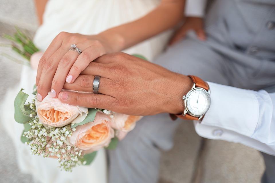 manželé ruce květiny